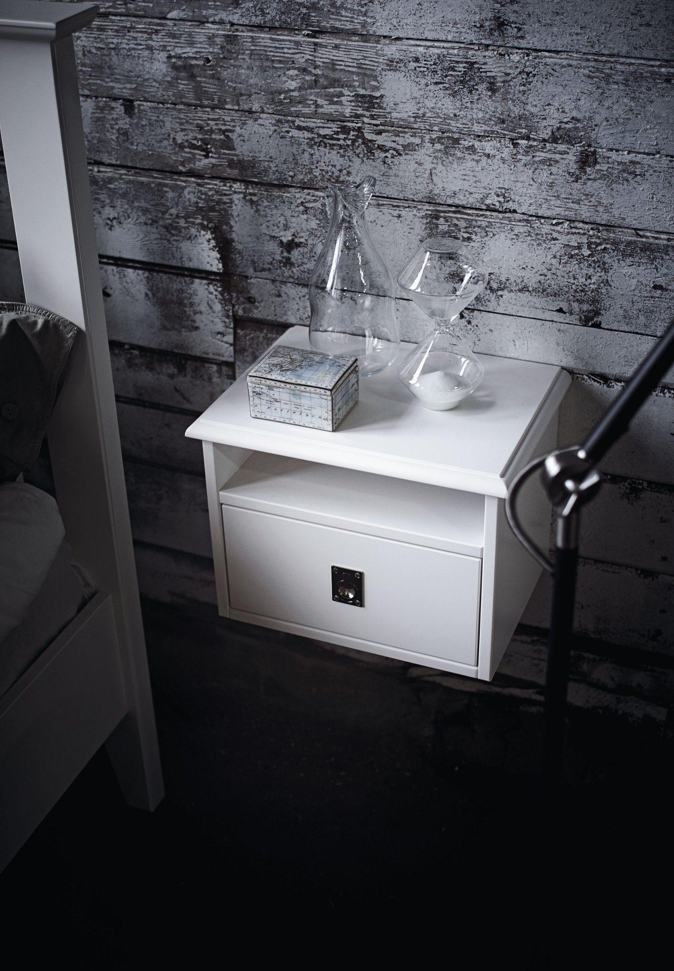 Snyggt vägghängt sängbord från Mavis i vitlackerad MDF.