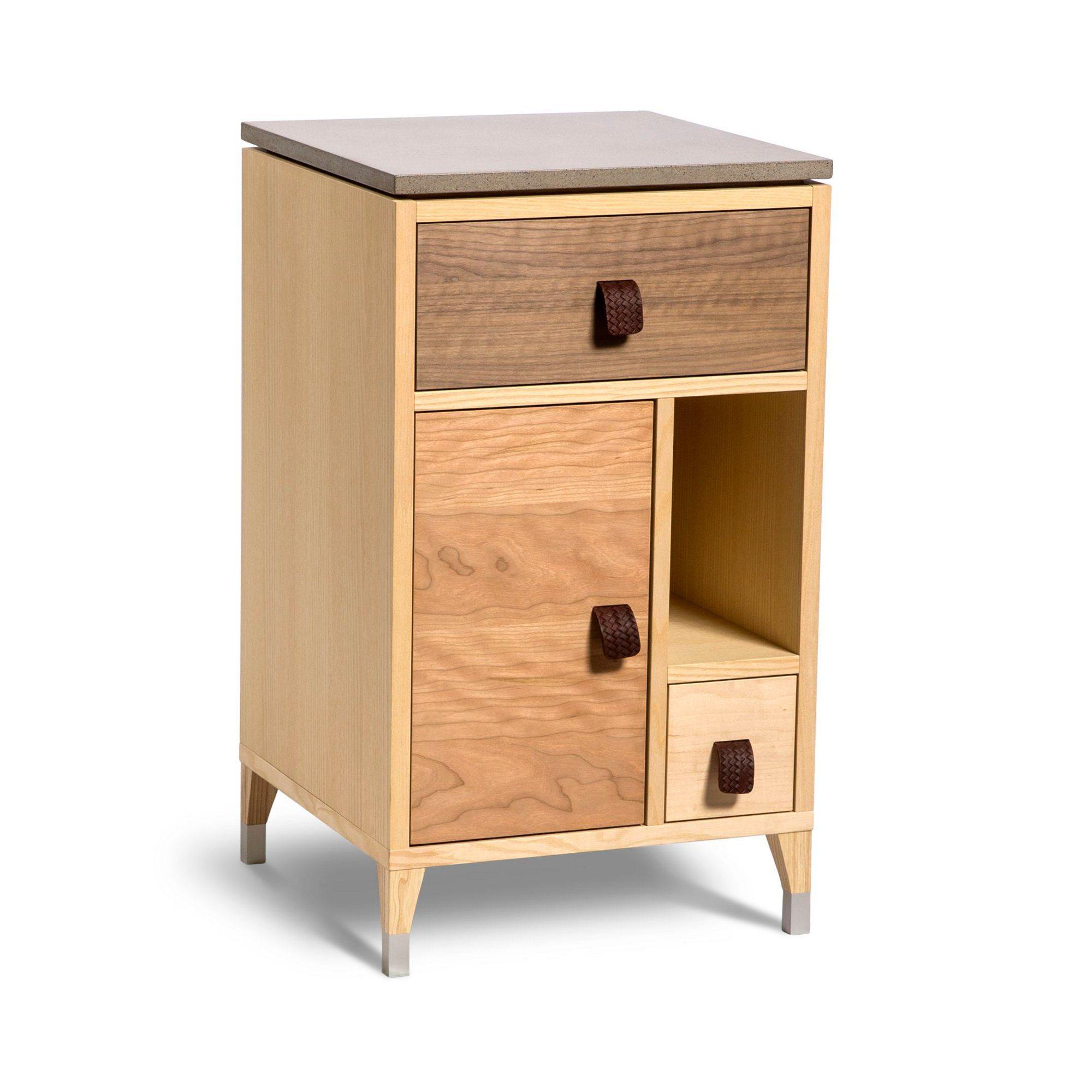 Abisko sängbord med låga ben och betongtopp
