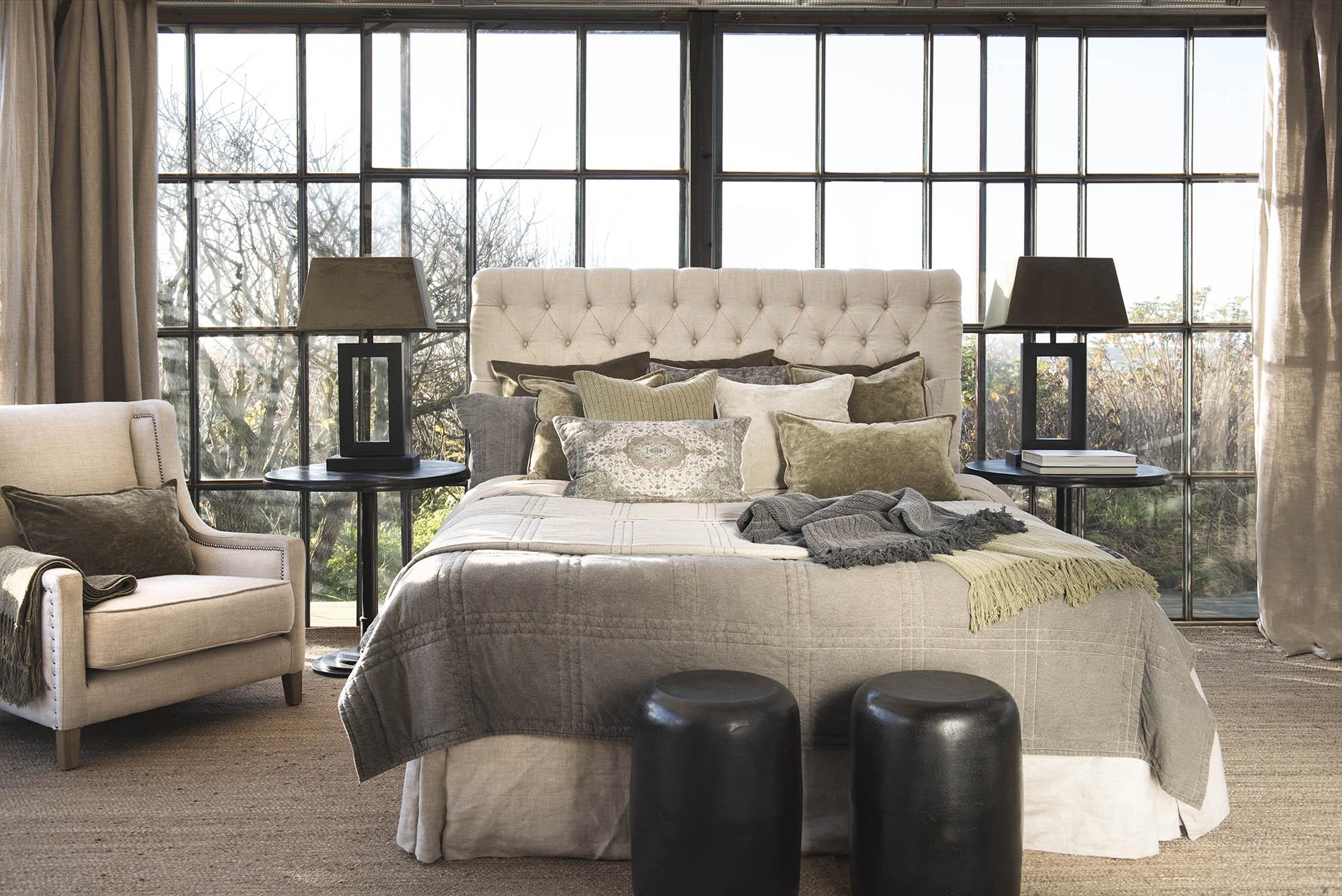 Miljöbild på säng med London sänggavel, sängkappa och Caprice överkast.