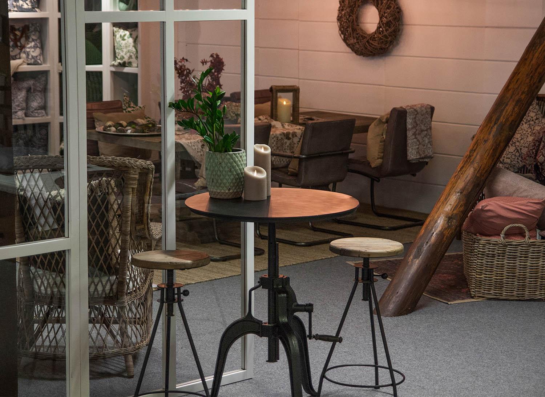 Elmwood barstol från Artwood tillsammans med Metro bord i en miljöbild.