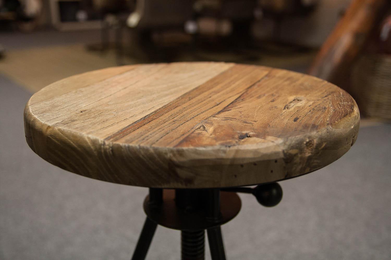 Närbild av sitsen på en Elmwood barstol från Artwood.