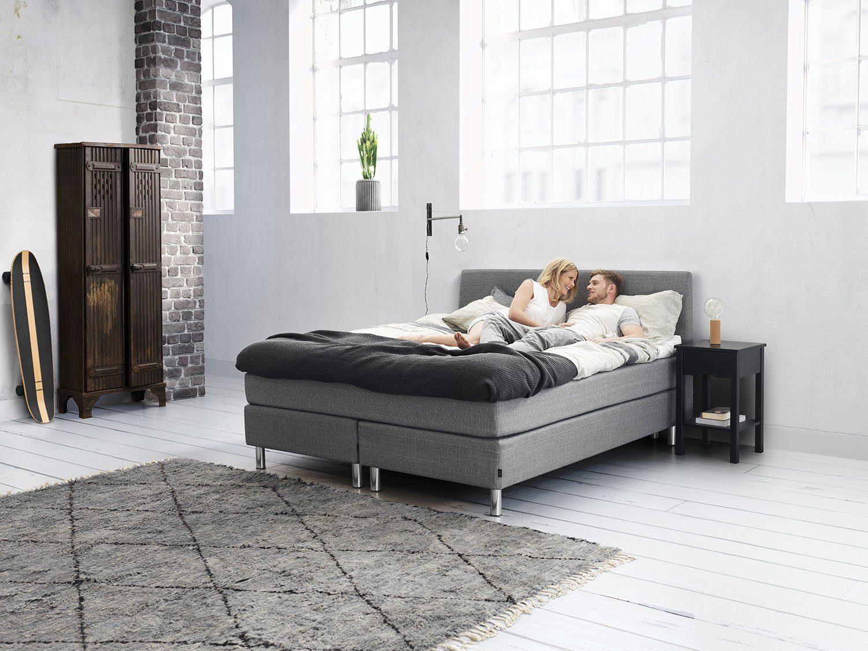 Jensen kontinentalsäng i en miljöbild, plania sängbord.