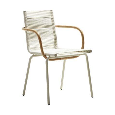 Sidd är en karmstol från Cane-line med vit ram, vita Cane-line Rope och armstöd i natur-rotting.