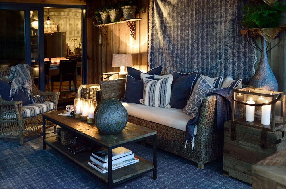Närbild på Arlington soffa i rotting med Elmwood konsolbord från Artwood.