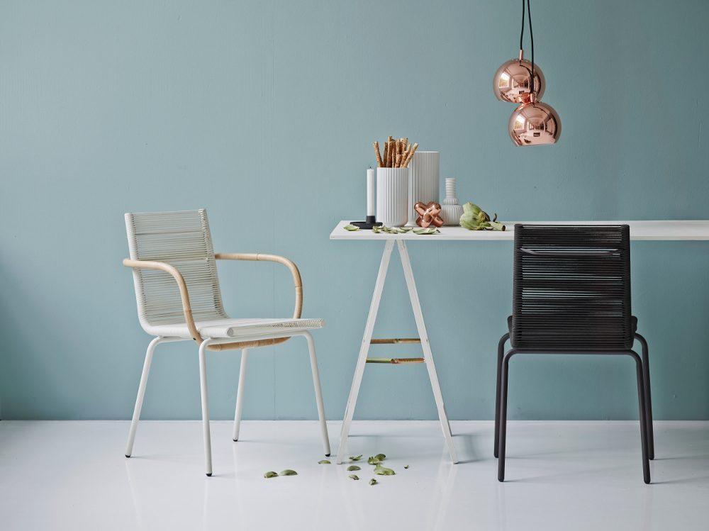 SIDD karmstol i vitt med armstöd i rotting och SIDD matstol i svart.