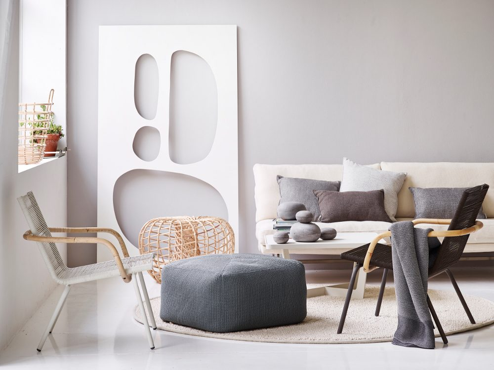 SIDD loungestol i vitt och svart, Nest fotpall och Divine fotpall.