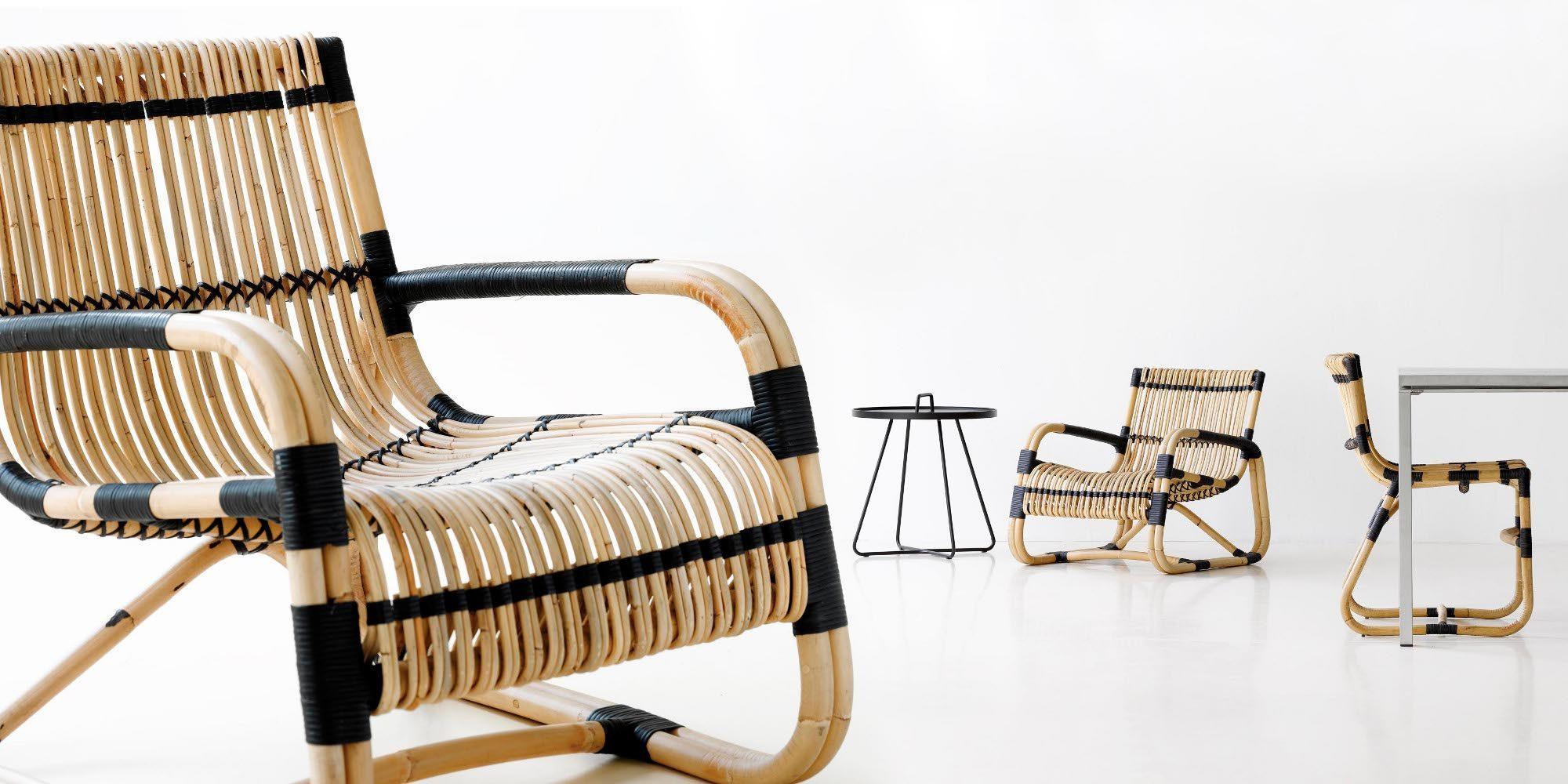 Curve fåtöljer och stolar med vit bakgrund.