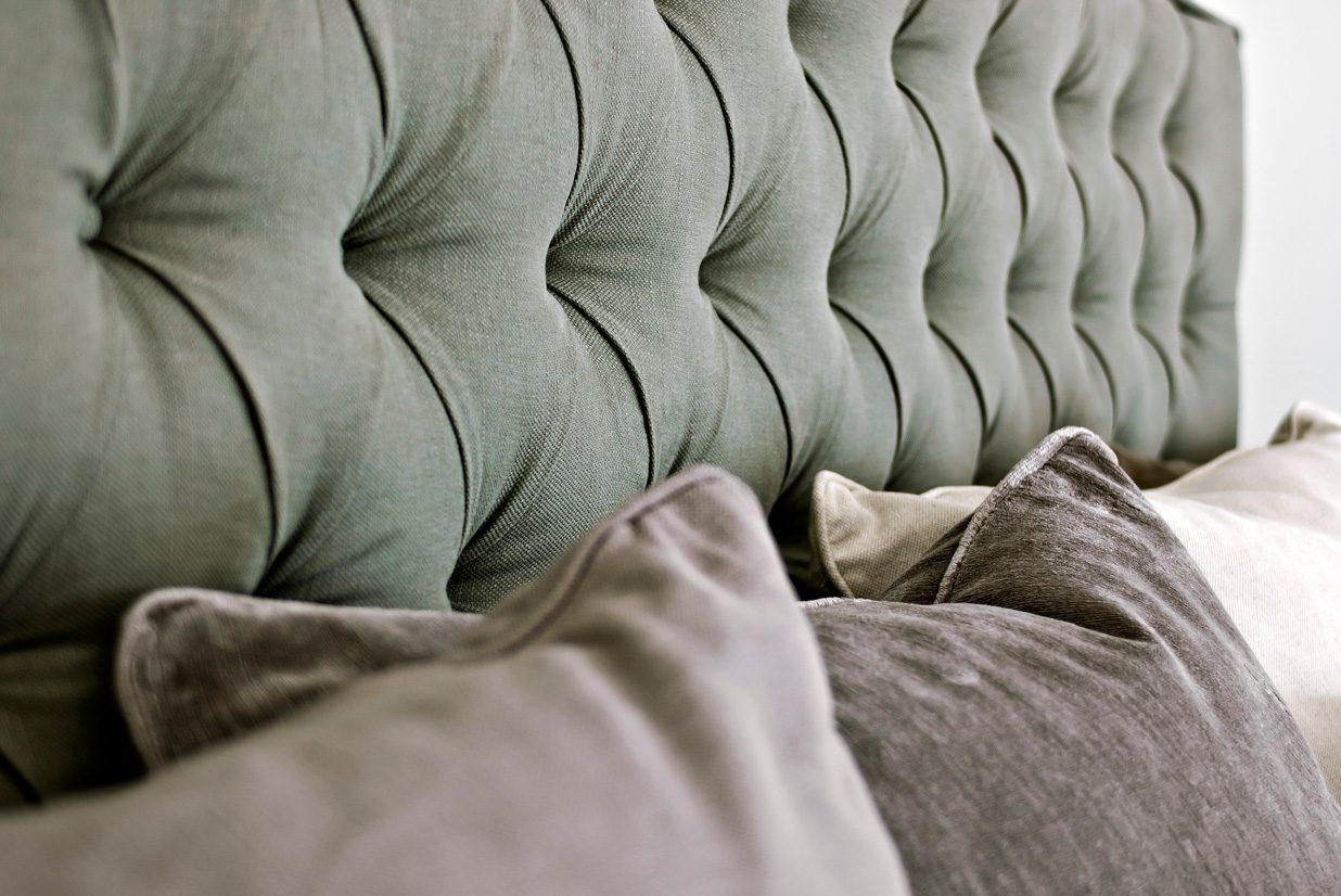 Detaljbild på Solhall sänggavel i grönt.