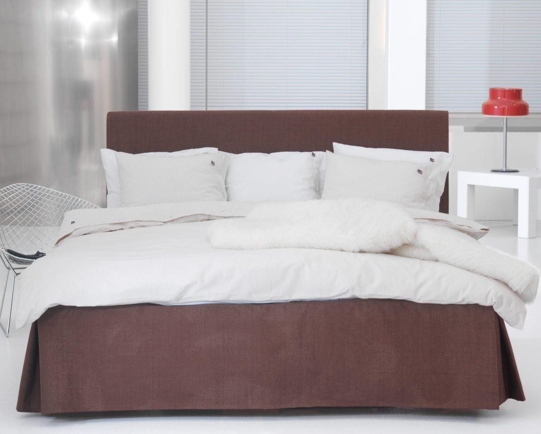 Fridhem är en textilklädd sänggavel som är 180 cm bred.