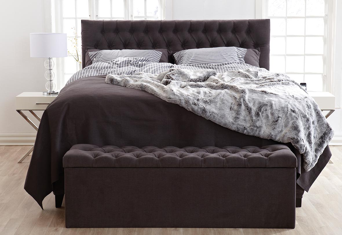 Solhall sänggavel i svart Lidotyg.