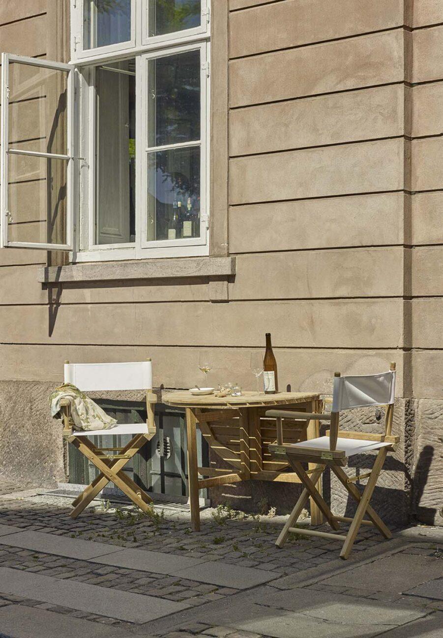 Cafégrupp med Directors chair och selandia klaffbord från Skagerak.