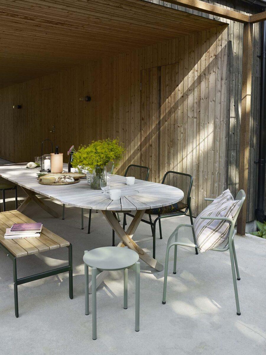 Miljöbild på matbordet Selandia med Mira karmstolar.