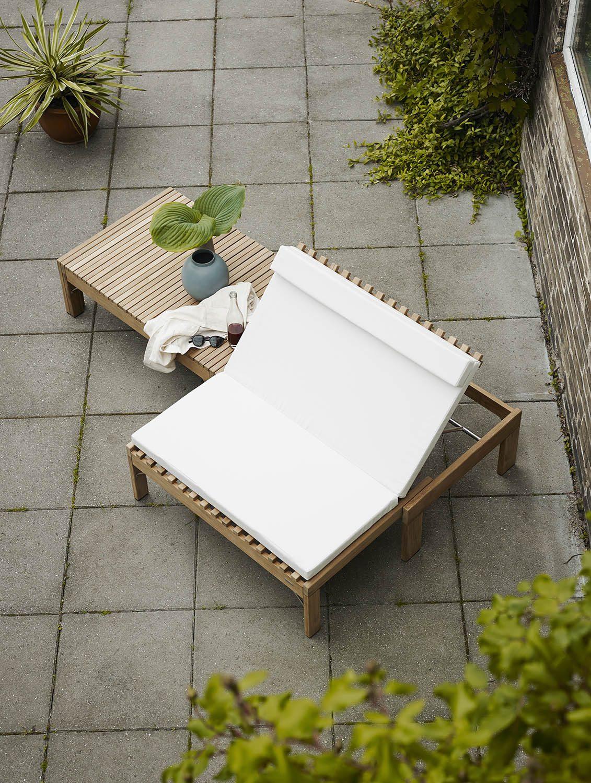 Miljöbild av Riviera lounge solsäng med vit dyna.