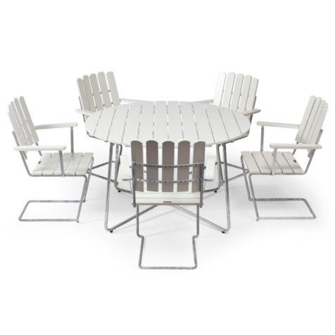 Klassikergrupp från Grythyttan bestående av fem A2 fåtöljer och ett stort 9A bord i vitlackad ek.