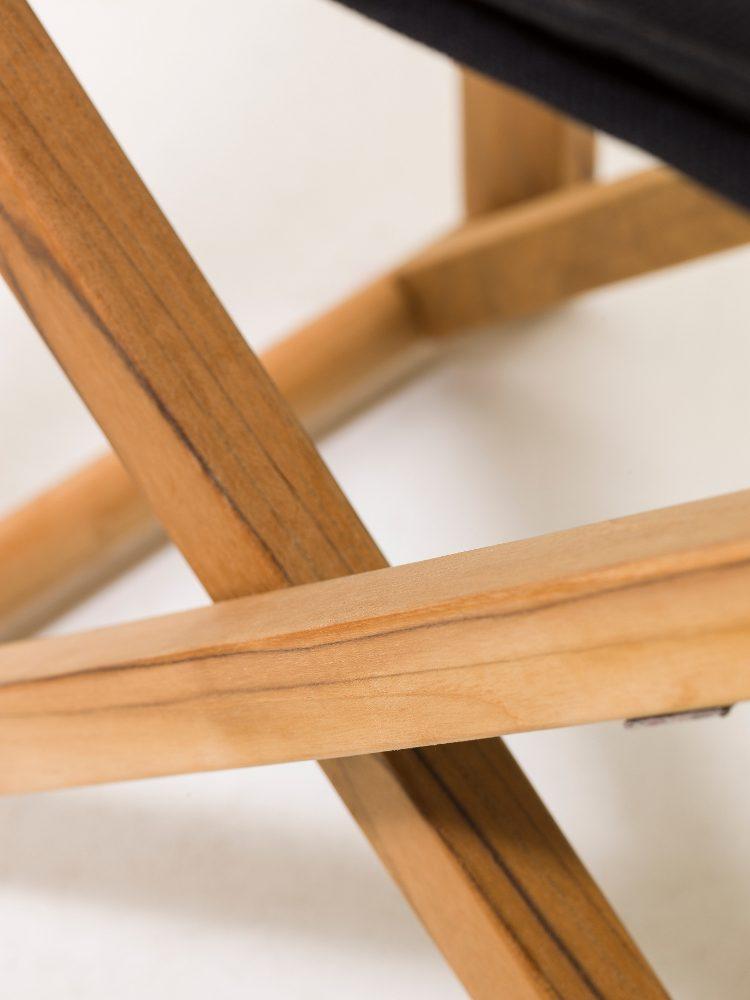 Detaljbild på benstativet till stolen På Kryss.