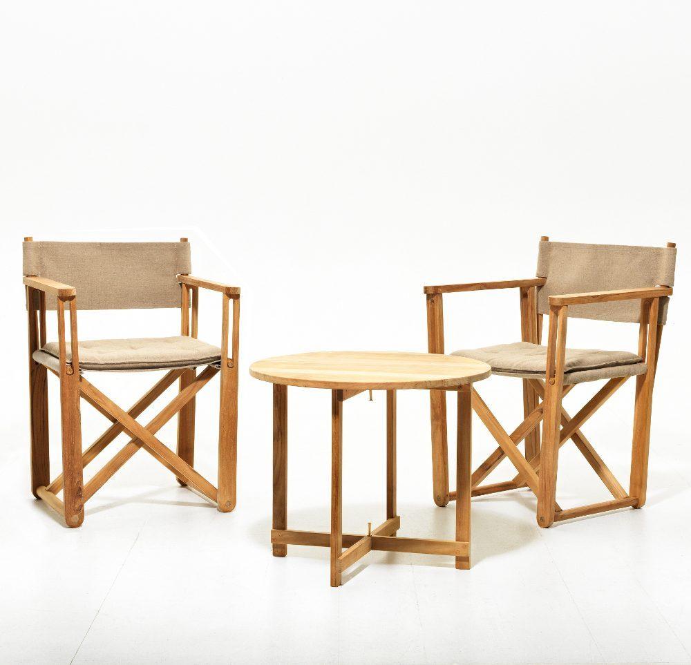På Kryss grupp med två stolar och ett bord i teak och canvas,