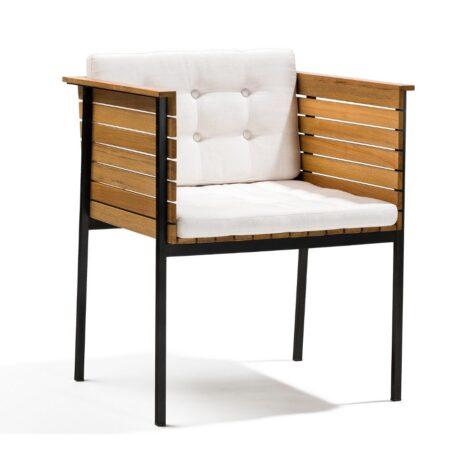 Häringe karmstol i teak med svart stålstativ och vit dyna.