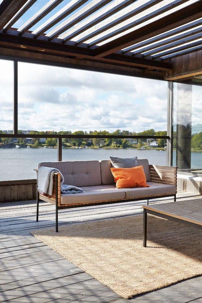 Häringe soffa i teak och svart stålstomme.
