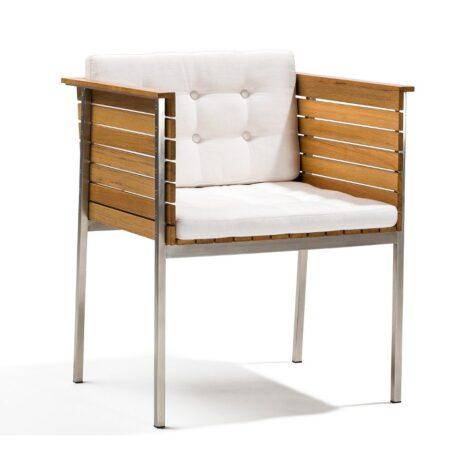 Häringe karmstol i teak och borstat stål med en vit Sunbrella dyna.