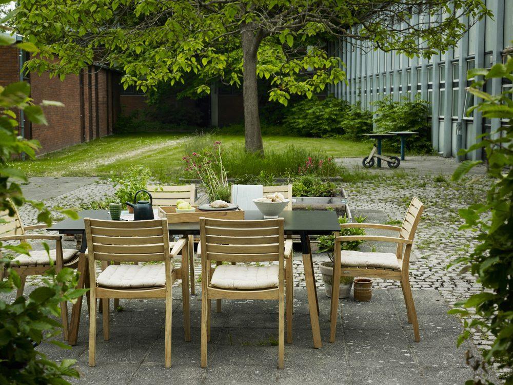 Way Outdoor bord tillsammans med Ballare karmstol.
