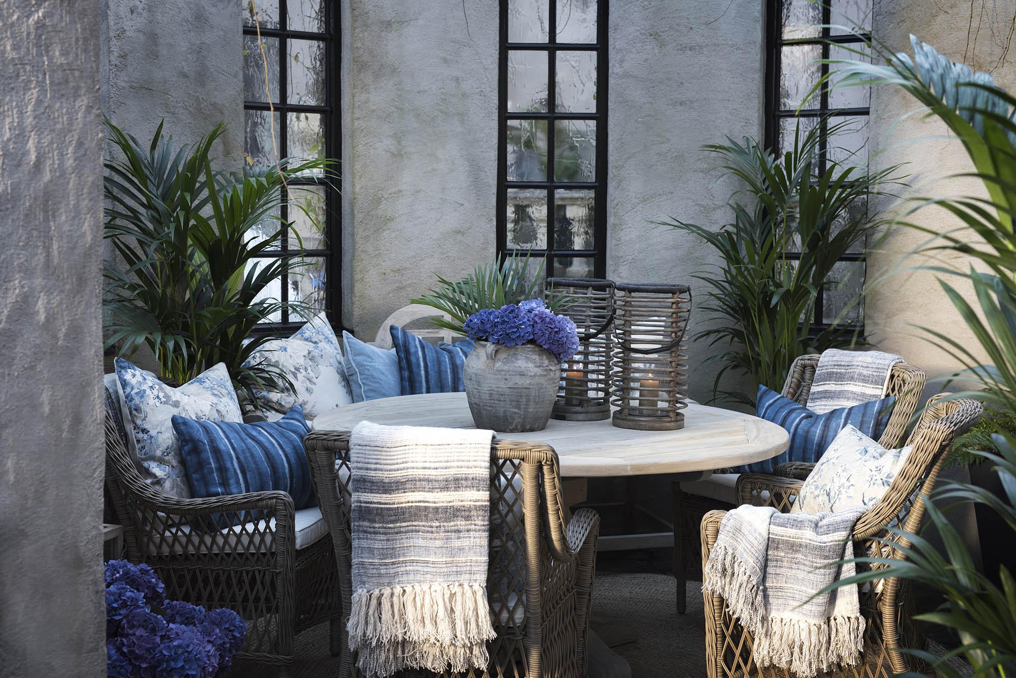 Miljöbild på Marbella karmstolar, French matbord och vintagesoffan från Artwood.