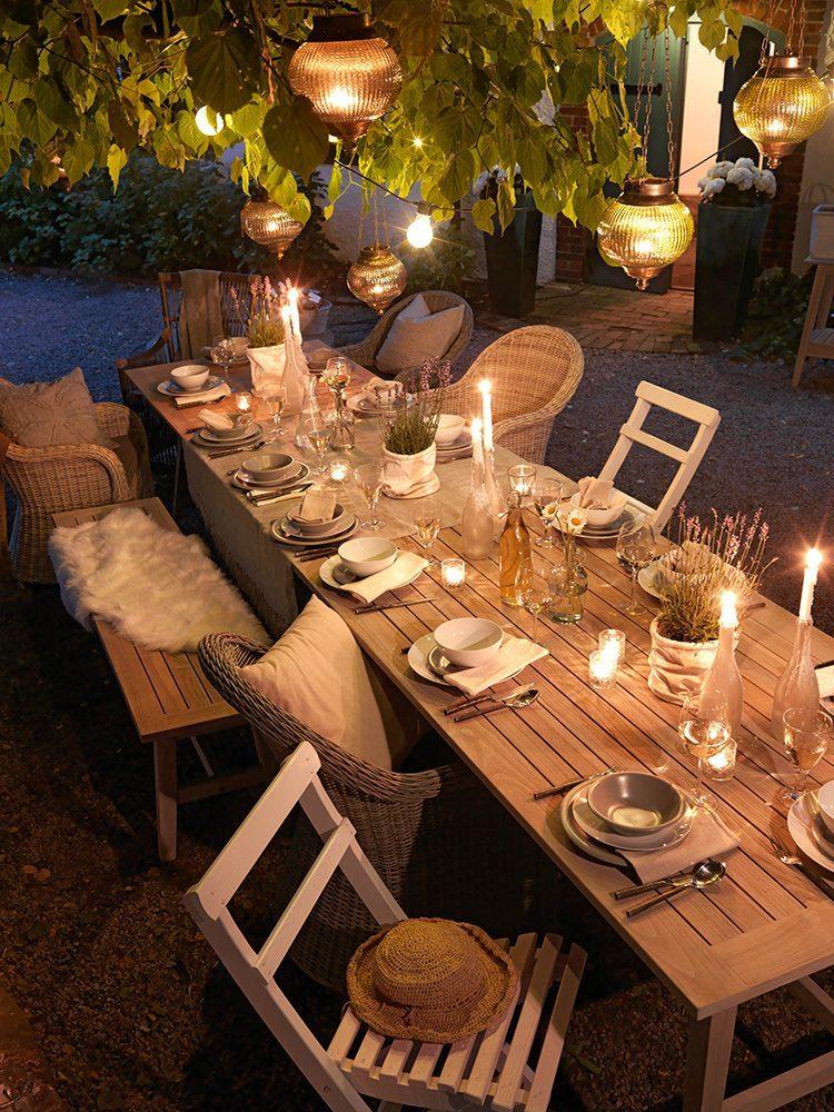 En inspirationsbild på Vidos teakbord och diverse stolar.