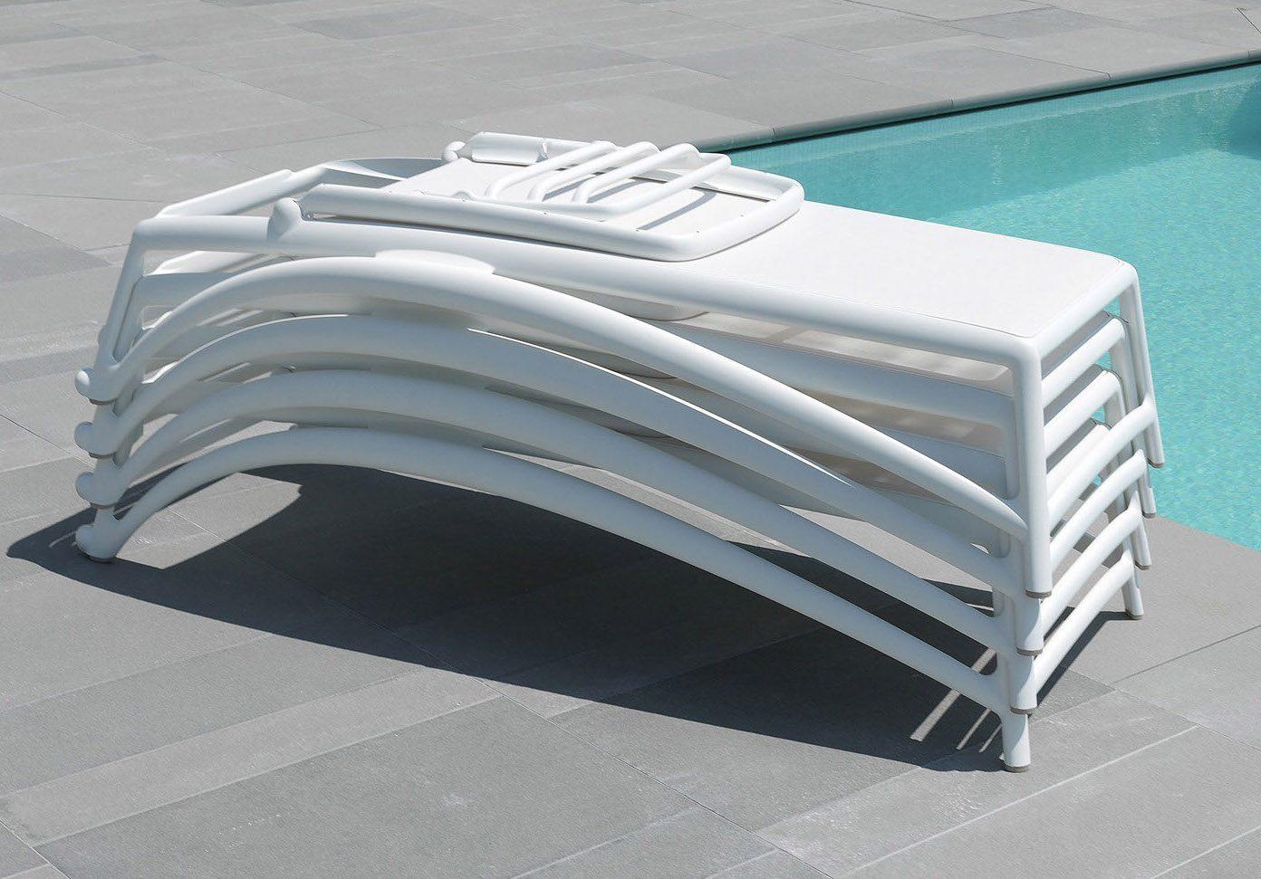 Fyra Atlantic solsäng i vit plast från italienska Nardi.