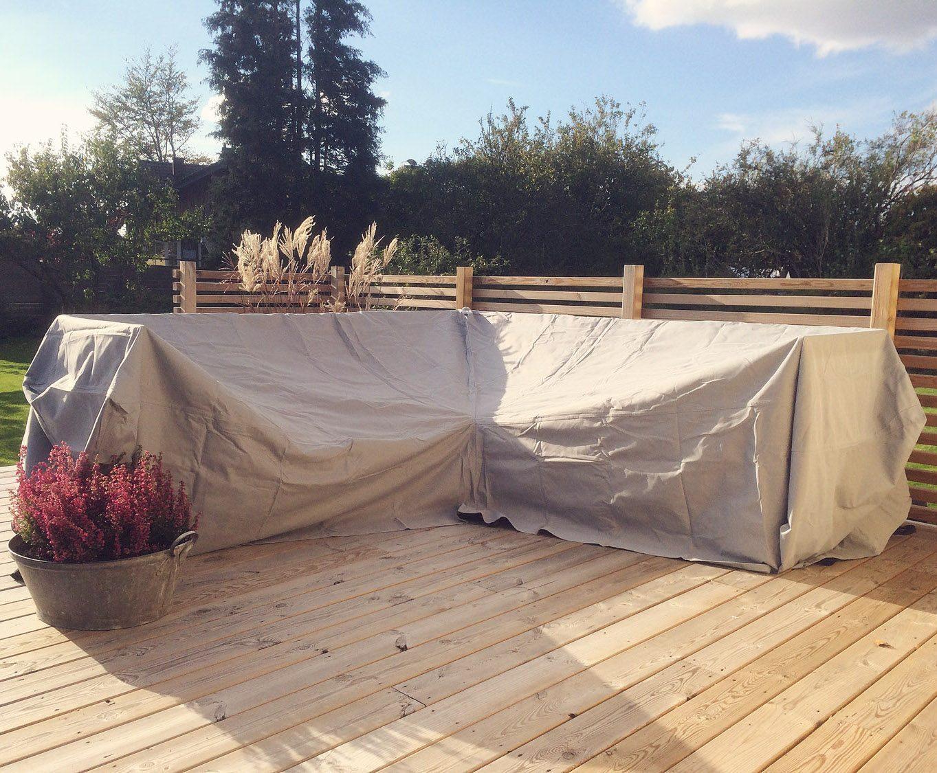 Hörnsoffskydd i grått på en altan.