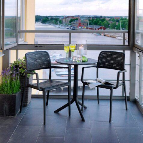 Bora karmstol i antracitgrått med cafébord.