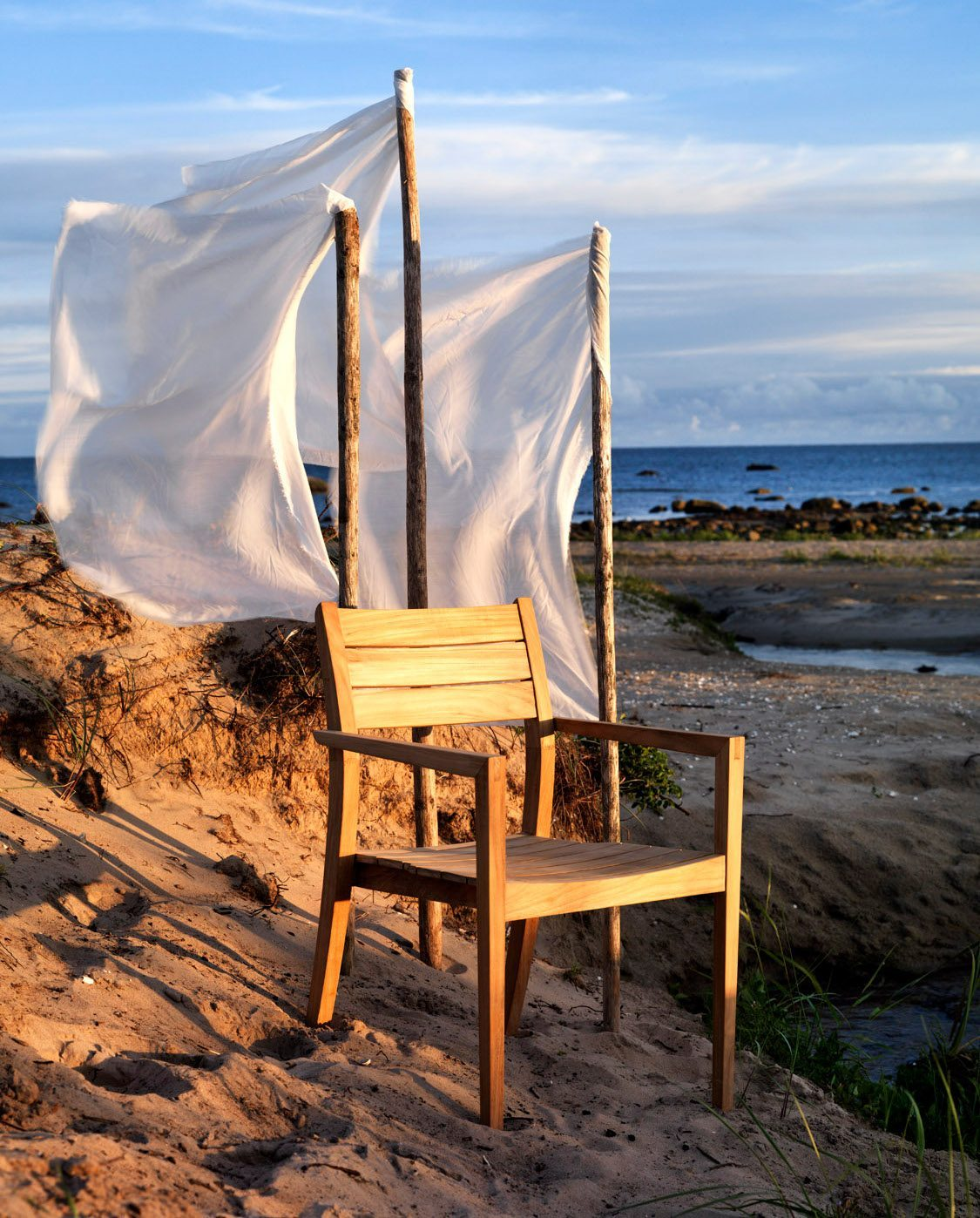 Chios karmstol i teak på stranden.