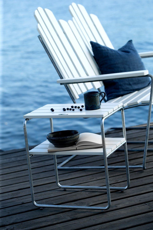 A3 soffa och L45 sidobord från Grythyttan Stålmöbler i vitlackad ek med galvaniserat stativ.