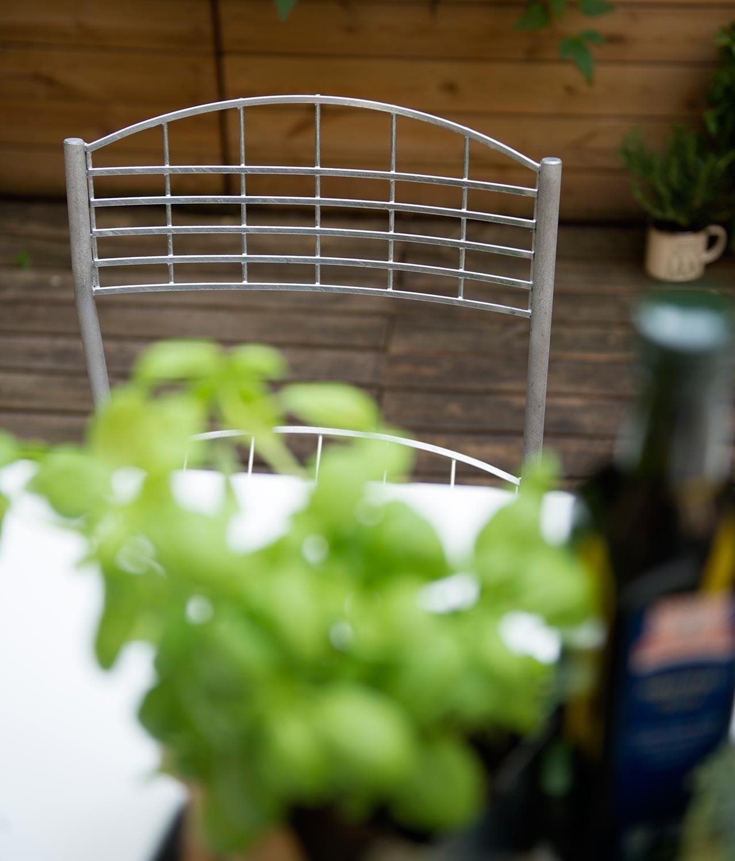 Inspirationsbild på High Tech stol i galvaniserat stål från Grythyttans Stålmöbler.