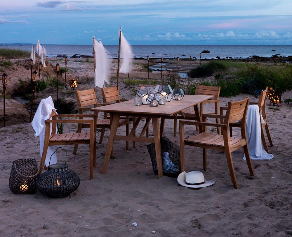 Chios matgrupp i teak på stranden.