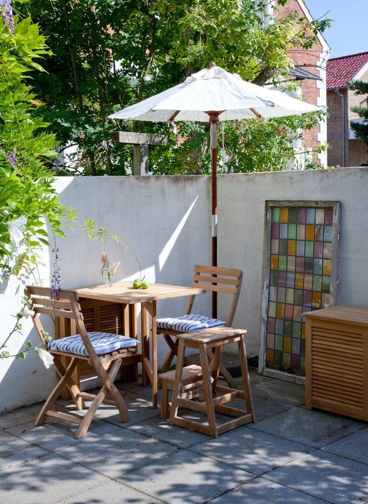 York klaffbord i teak med tillhörande klappstolar och en trappstege i teak.
