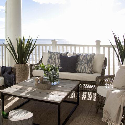 Miljöbild på Marbella soffgrupp med soffbordet Anson.