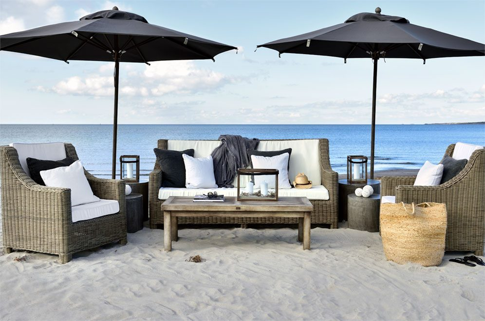 Maple soffgrupp med vintage soffbord och Portofino parasoller från Artwood.