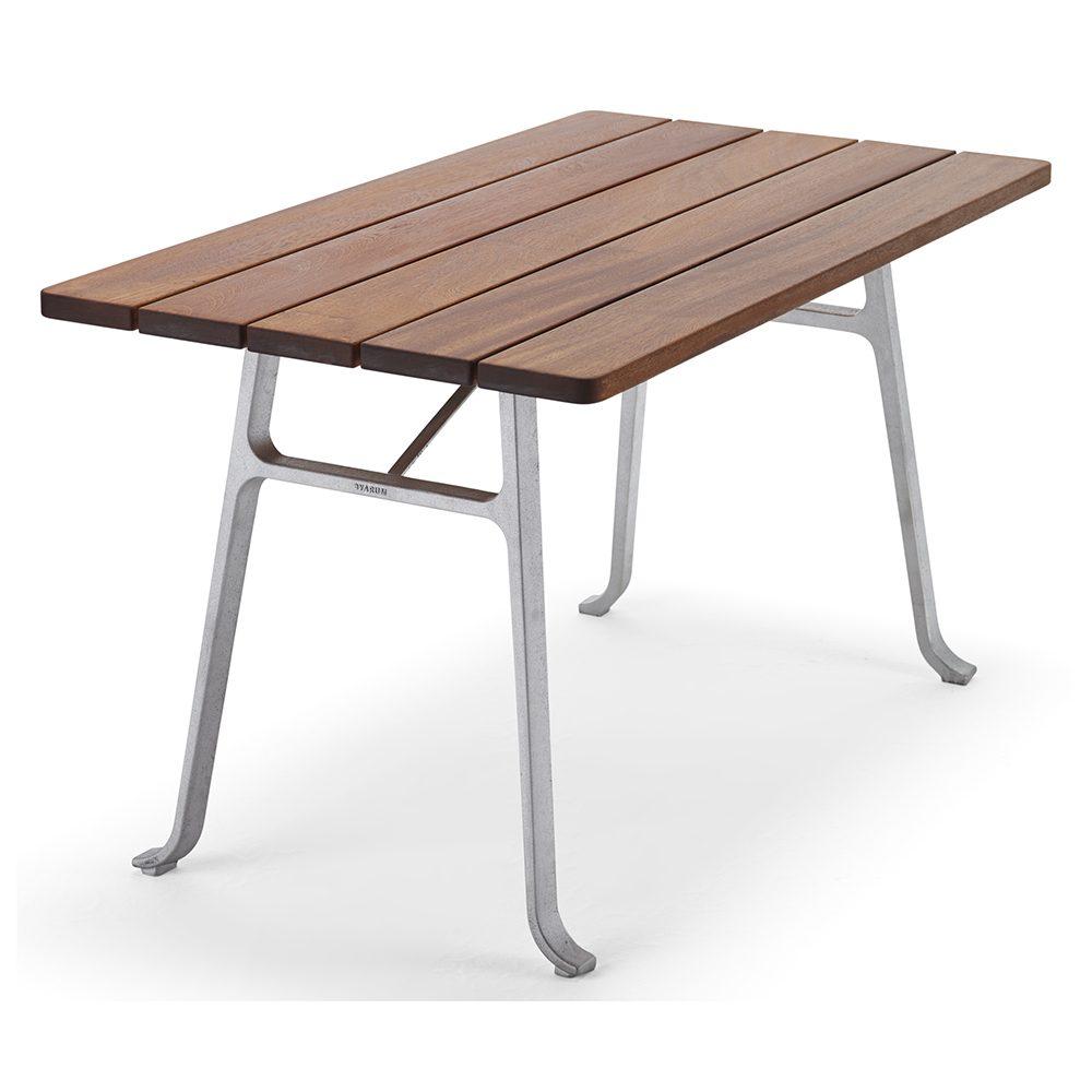 Seriff bord från Byarums Bruk med stativ i gjuten aluminium och bordsskiva av oljad mahogny.