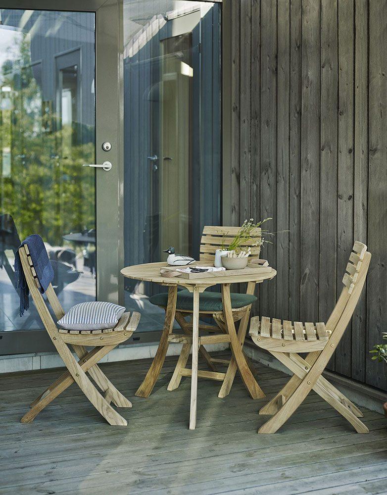 Vendia cafégrupp i teak med tre stolar och ett bord.