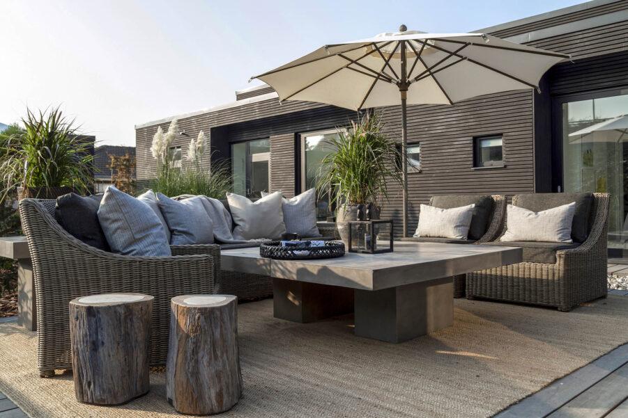 Miljöbild på rottingmöblerna Layton och Key Largo med Campos soffbord i betong.