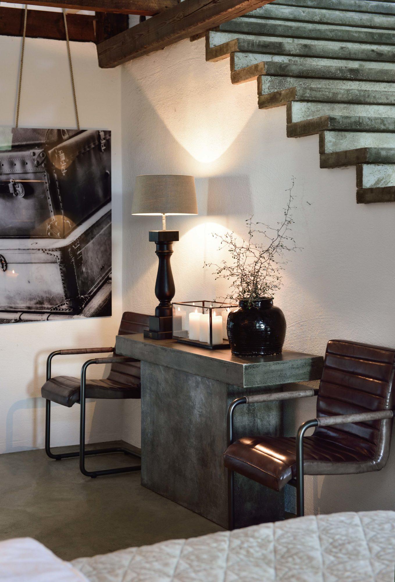 Konsolbord från Artwood i betong, tillsammans med två Sabina-stolar