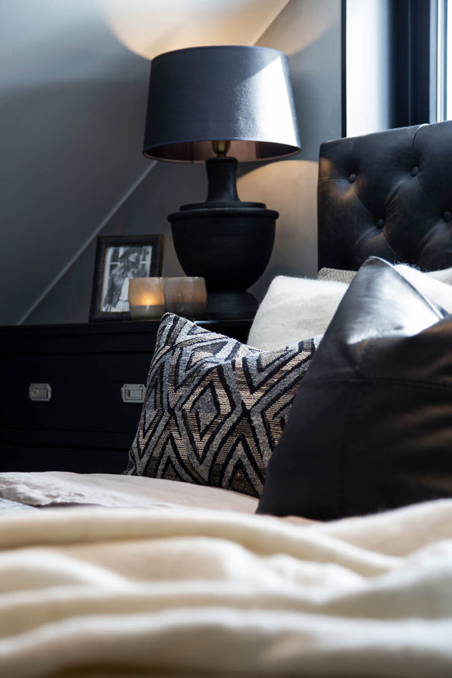 Miljöbild Vermont byrå, Vienna sänggavel, Vienna bordslampa från artwood