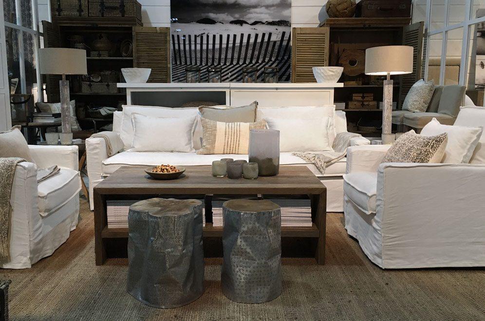 Milford soffa och fåtöljer med Bison soffbord och Jakarta pallar.