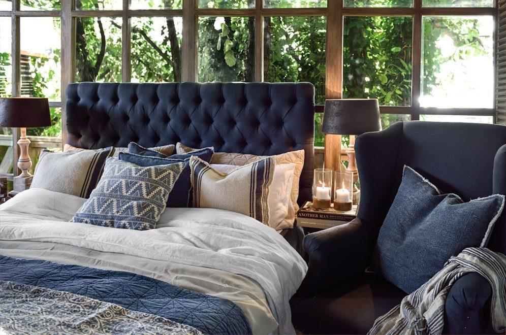 London sänggavel tillsammans med Luton fåtölj i Linen Indigo.