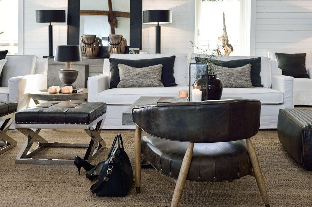 Angel fåtölj i leather fudge med Milford soffa i linen white.
