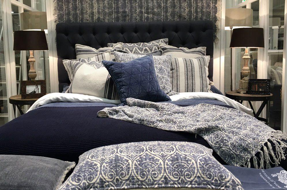 London sänggavel i Indigo blå från Artwood.
