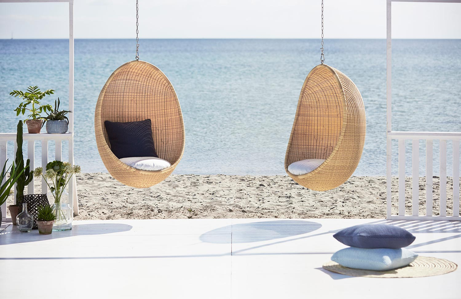 The hanging Egg Chair vid havet.