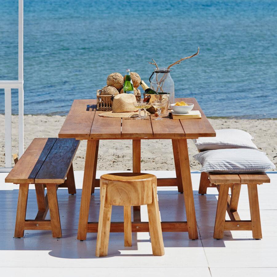 Miljöbild på matgrupp med bänkar i teak från Sika-Design.