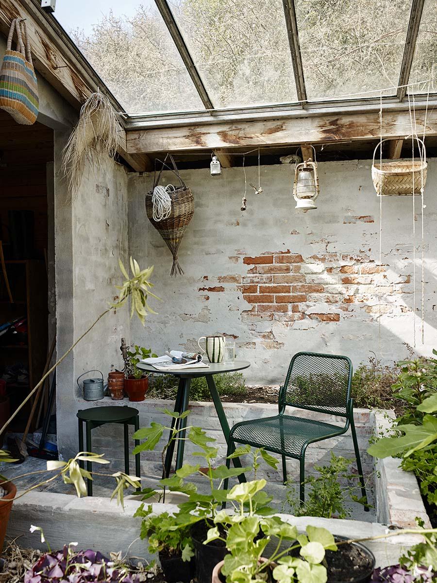 Miljöbild på Mira stol med cafébordet Overlap i grönt.