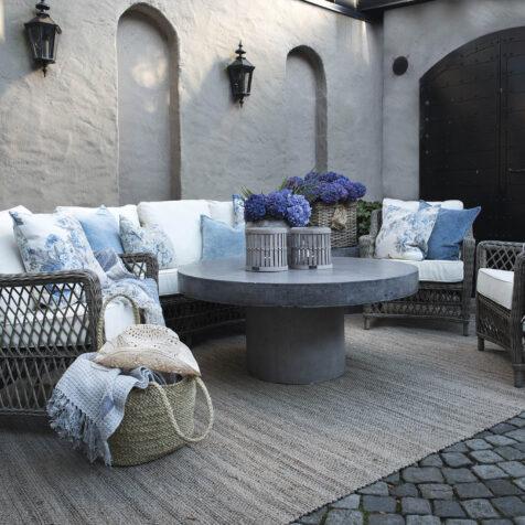Marbella fåtöljer och soffa i konstrotting från Artwood tillsammans med soffbordet Regent i betong.