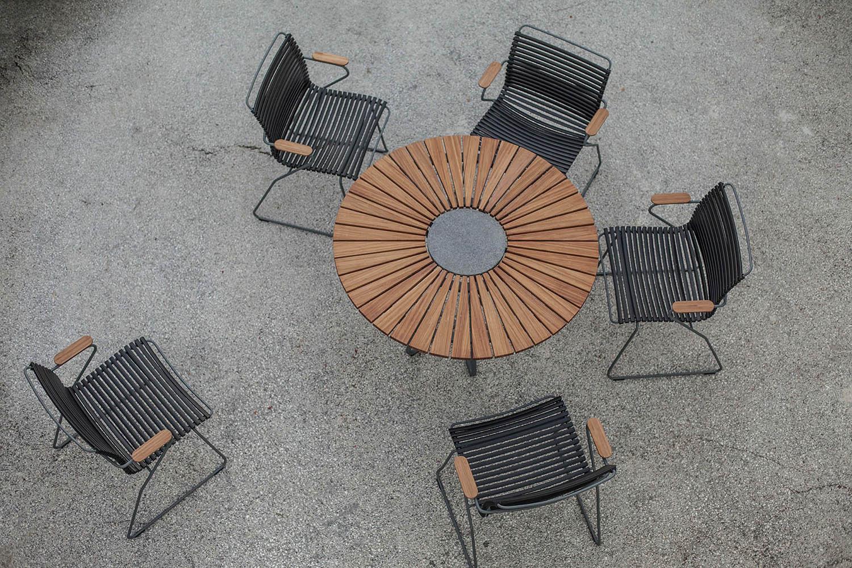 Click karmstol i svart med Circle matbord i bambu från Houe.